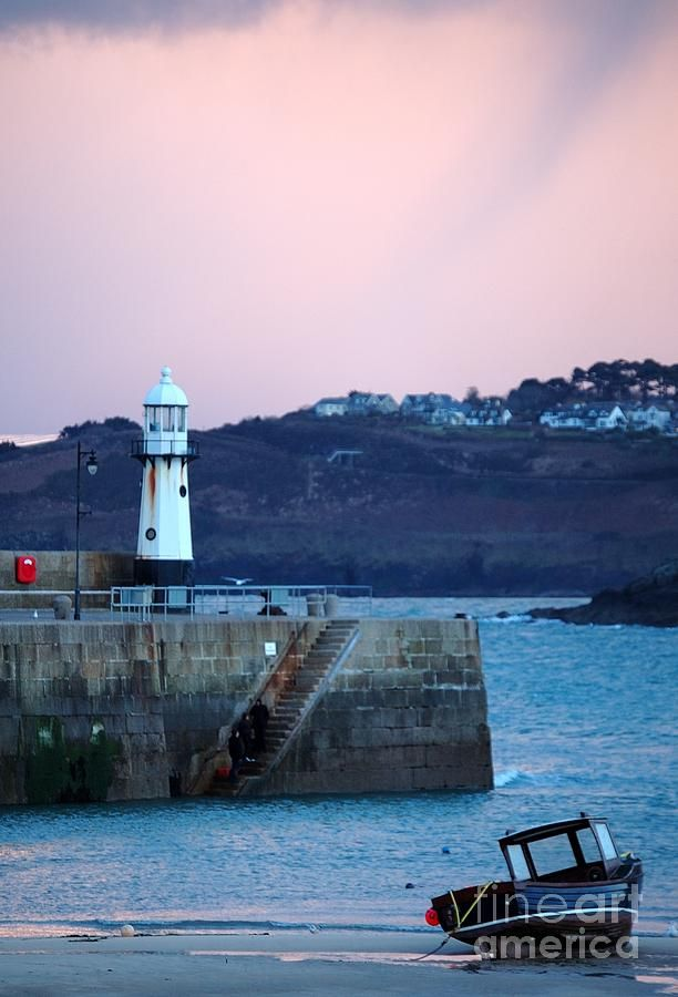 St Ives lighthouse - we can see this from our gallery on the Quay!  #stives #cornwall