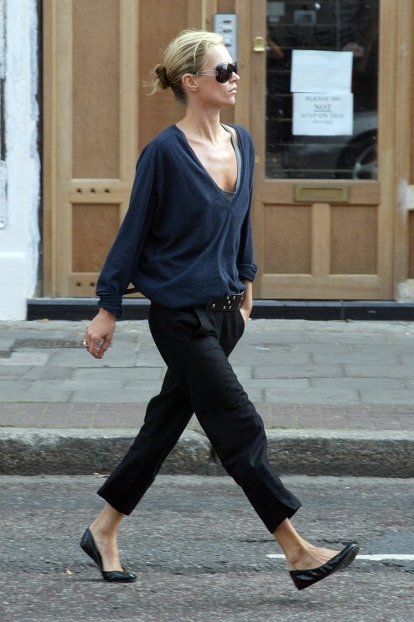 Kate Moss works a nonchalant aesthetic in cropped trousers and a summer navy, slouchy boyfriend T.
