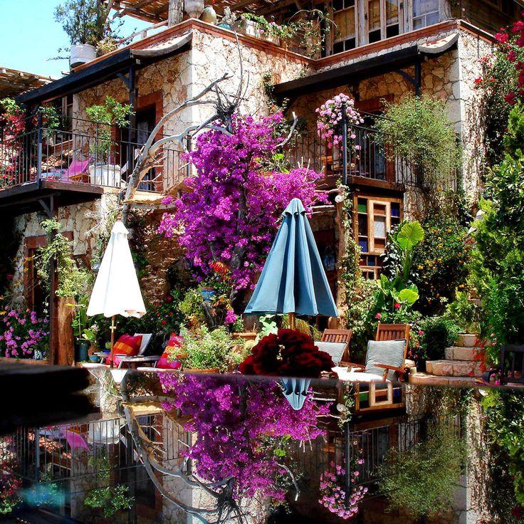 Kalkan'da Fidanka Hotel'in fotoğraftaki görüntüsü tıpkı Cennet bahçesi gibi. www.kucukoteller.com.tr/fidanka-evleri?utm_content=buffer7f527&utm_medium=social&utm_source=pinterest.com&utm_campaign=buffer