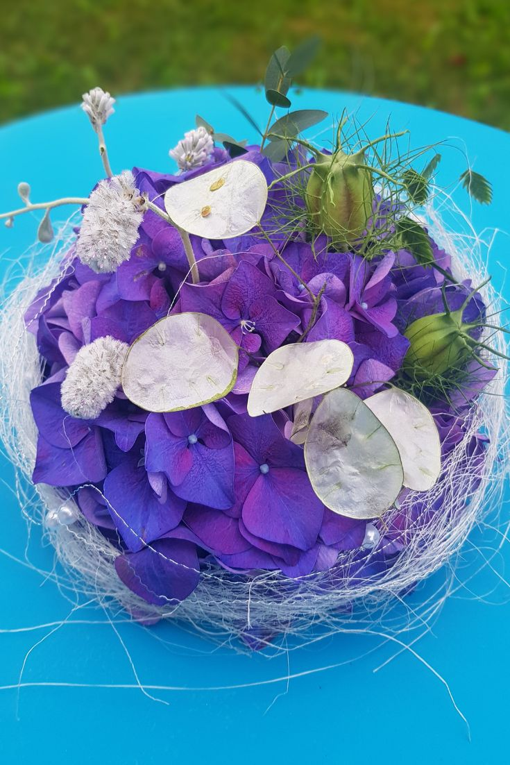 Tisch Deko Idee zum selber machen. Sommer Dekoration mit Hortensien. Der Klassiker der Sommerblumen. Sommerfest deko selber machen.