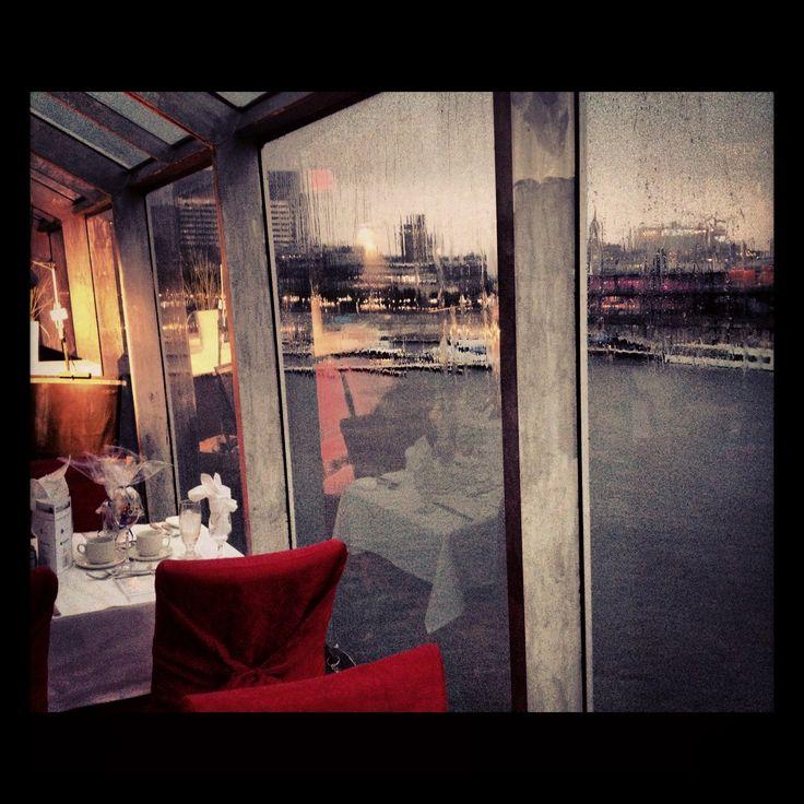 À bord du Cavalier Maxim dans le Vieux-Montréal par un temps orageux! | On board for a special #event in Old #Montreal https://www.facebook.com/jeuxdecordes
