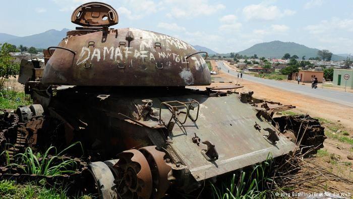 Ainda hoje são visíveis os tanques da guerra civil (foto da província de Kwanza Sul)