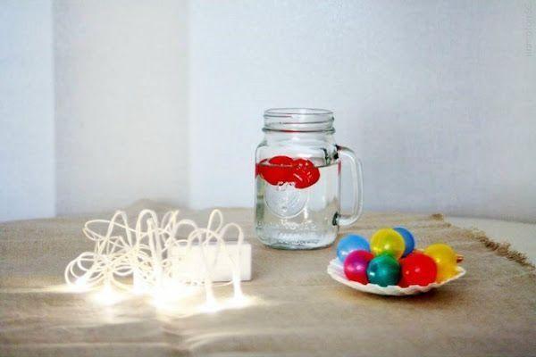 Un DIY para una guirnalda de luz con bolas de colores
