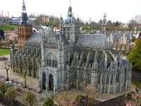 Catedral de Sint-Jan de ´s-Hertogenbosch (1340) Holanda. En el lugar donde está situada ahora la catedral de San Juan se encontraba una iglesia románica. Se cree que empezó a construirse en el año 1220 y se concluyó en 1340. En ese mismo año la iglesia comenzó a ser sustituida por una nueva pero ya en estilo gótico Bramante.
