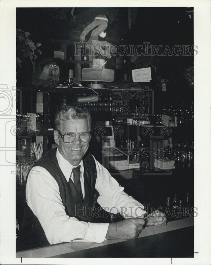 1980 Press Photo Manuel Lopez in The Pelican Restaurant
