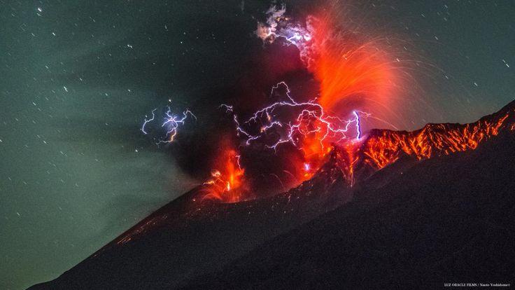 """鹿児島・吉留直人さんはTwitterを使っています: """"おはようございます 本日21日午前0時17分頃の桜島噴火の様子です 大量に火山灰とマグマが吹き出したと同時に 火山雷も確認できました #桜島 #火山 http://t.co/3J3uIlnnX3"""""""