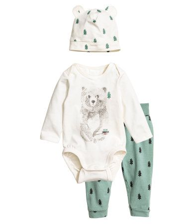 Green/bear. Set with a bodysuit, pants, and hat in soft cotton jersey. Long-sleeved bodysuit with lapped shoulders and snap fasteners at gusset. Pants with