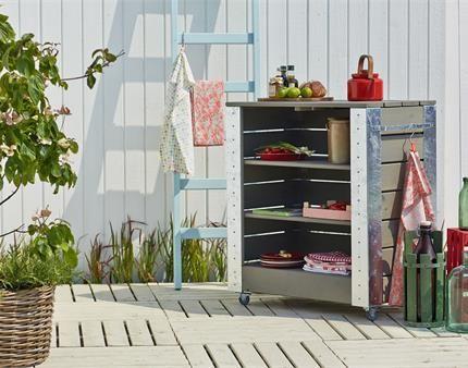 Få plads til dine haveredskaber med et PLUS Cubic Reol.