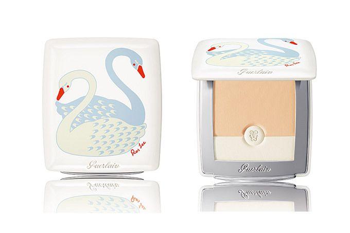 """ゲラン(GUERLAIN)の人気ファンデーション「ペルル ブラン ライトブースター コンパクト」が""""白鳥""""モチーフのパッケージになって登場。ライフスタイルブランド・ポルカロス(Polkaros)のクリ..."""