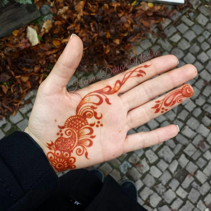 Henna is traditionally on the back of the hand, but we love this twist on tradition with a look that runs down the palm. The brushwork is amazing!