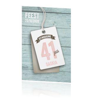 Hippe verjaardag 40 jaar (jaartal aanpasbaar) uitnodigingskaart met mint groen steigerhout en wit label. Stoere verjaardagskaart van Luckz.