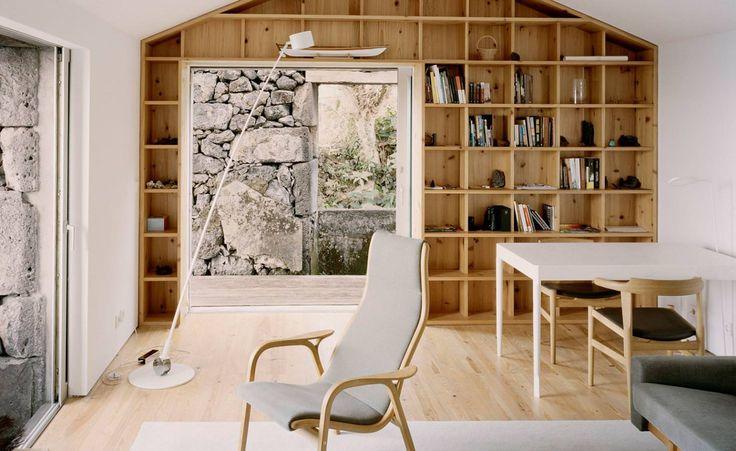Une conception sensible par la pratique portugaise SAMI Arquitectos a apporté cette maison-grange abandonnée de nouveau à la vie