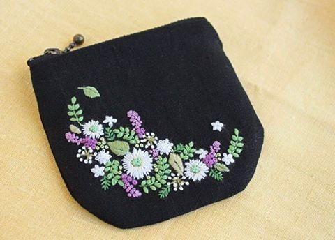 いいね!440件、コメント3件 ― @yula_handmade_2008のInstagramアカウント: 「* . 昨年の末に刺繍は出来上がっていたのに、ファスナーの買い忘れ、長さを間違えたりして...、ずっと放置状態になっていた刺繍が、やっとカタチになりました。 時間が経つと、新鮮に感じます〜♪ .…」