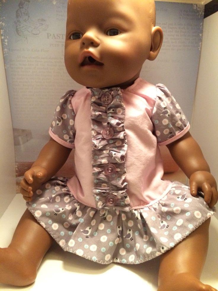 Kleedje voor Zapf New Born 43 cm pop. Volledig gemaakt uit restjes. Gemaakt dank zij dit gratis patroon http://wollyonline.blogspot.com.br/2012/01/free-baby-born-doll-clothes-pattern-in.html?m=0