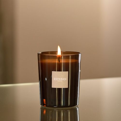 A refined design that creates a thousand twinkling lights through its lacquered finish. This candle can be refilled indefinitely again in an economic and environmentally friendly gesture. In a beautif...