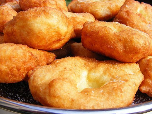 Le frittelle di cavolfiore sono uno stuzzicante antipasto o contorno. Bocconi croccanti che racchiudono un ripieno morbido e saporito.