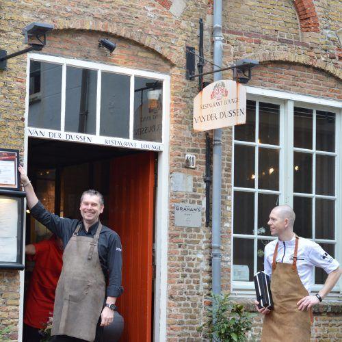 Bedrijfsleider Dennis Vos van restaurant Van Der Dussen in Delft neemt certificaat Beste WijnSpijs Restaurant Van Nederland 2017 in ontvangst.