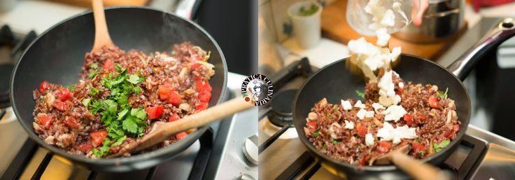 """Conoscete il riso thai rosso? Ha un alto contenuto di fibre, antiossidanti, è altamente digeribile, è ricco di ferro, proteine, vitamine ed oligoelementi. Ecco per voi una ricetta (fotografata passo per passo) dove lo preparo """"all'italiana"""": con pomodoro, mozzarella, funghi e limone!"""