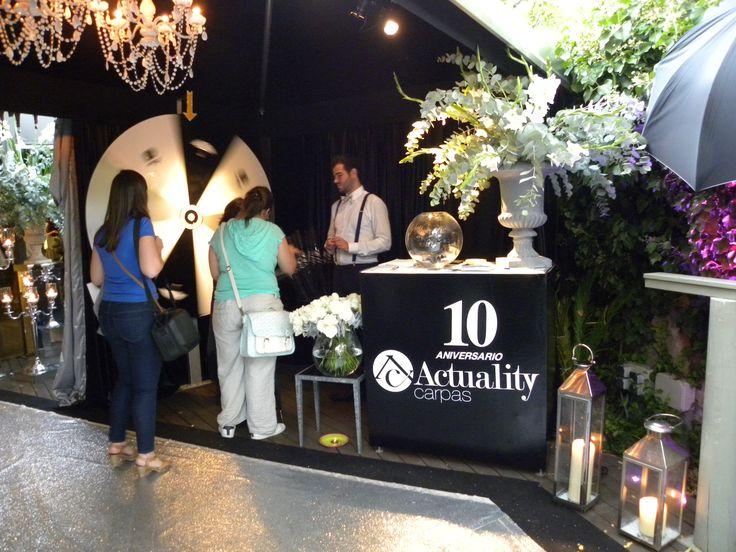 Al fondo nuestra ruleta de la suerte, para celebrar nuestro décimo aniversario... un paraguas, una rosa blanca o un regalo sorpresa...