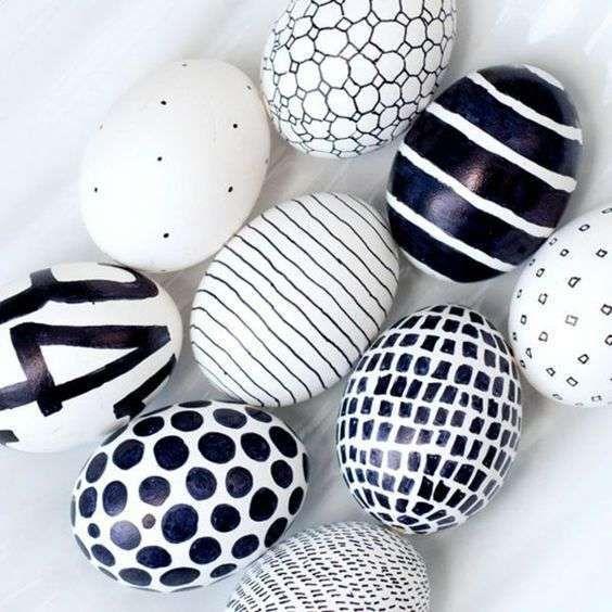 Decorazioni pasquali in bianco - Uova bianche e nere DecorWhite Easter decorations - White and black eggs