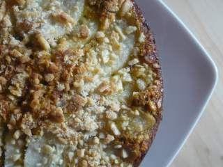 Torta di grano saraceno con pere e granella di mandorle