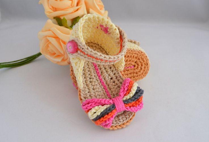 Sandália com flor, confeccionada em linha 100% algodão. <br>Uma ótima opção para presentear o bebê de uma amiga, ou seu próprio bebezinho. <br>Tamanhos disponíveis para encomendas: <br>0 - 3 meses <br>3 - 6 meses <br>6 - 9 meses