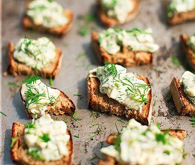 """Gotlandslimpa är ett saftigt och kryddigt bröd som kräver lite tid och praktisk planering, men det är det väl värt! Eftersom brödet vinner på att """"ligga till sig"""" ett dygn är det smart att börja med skållningen två dagar innan man tänker äta det."""