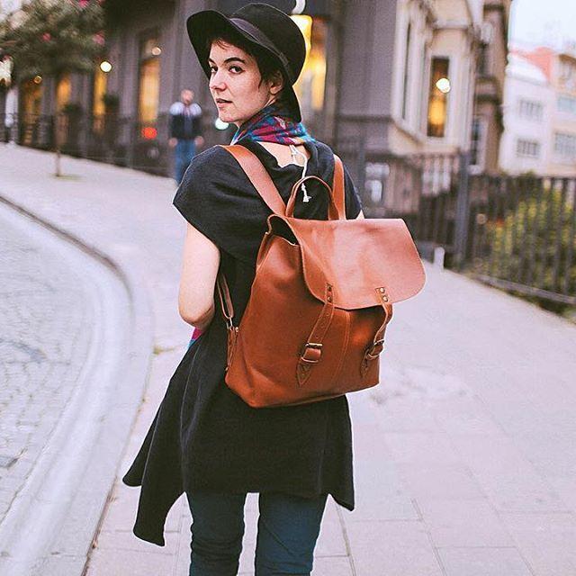 Bluz: #LisaAsimetrik  Çanta: El yapımı/deri • www.clandestinoshop.com • #istanbul #moda #elyapimi #deri #siyah #sokak #street #fashion #instafashion #instamood #instamoment #instadaily #urban #urbanfashion #boho #bohem #bohemian #urbanfashion #karaköy