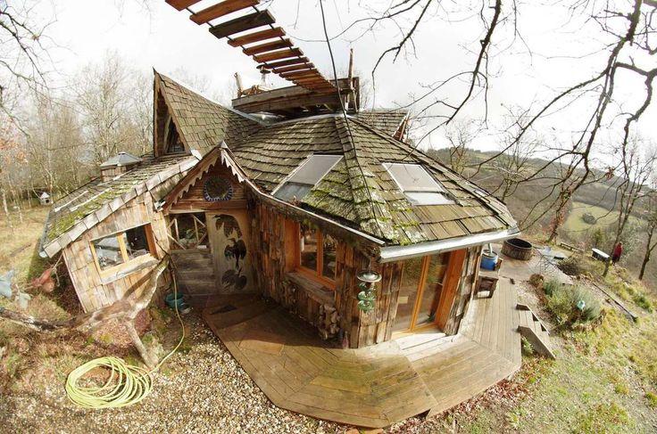 passage à costo  3 Avril 2014, 20:39pm     Publié par Yog  costo, c'est la cabane en perpétuelle évolution... tu repasse 1an aprés, ya un kioske sur le toit, un bain chaud tonneau, un dome dans les arbres relié au faaitage par un pont de singe....