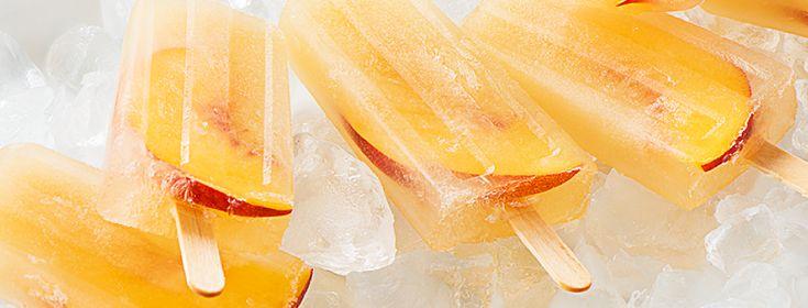 À base de pêches fraîches, de thé Pêche parfaite et d'une touche de Prosecco, ces sucettes glacées pour les grands sont un incontournable de vos partys cet été.