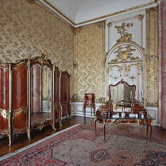 Продолжаем наше знакомство, с некоторыми парадными помещениями Нового дворца в Потсдаме. 🙌🏻 Перед нами «Галунная комната». Помещение  получило свое название по золотым галунам на камчатной драпировке стен (сохраненный оригинал).☝🏻️ Первоначально задумывалась как столовая комната, но впоследствии использовалась как одна из опочивален. 🙌🏻 Богато обрамлённые зеркала и стены позолоченной резной деревянной рокайлью предают помещению изящную пышность и пампезность в стиле фридерианского…