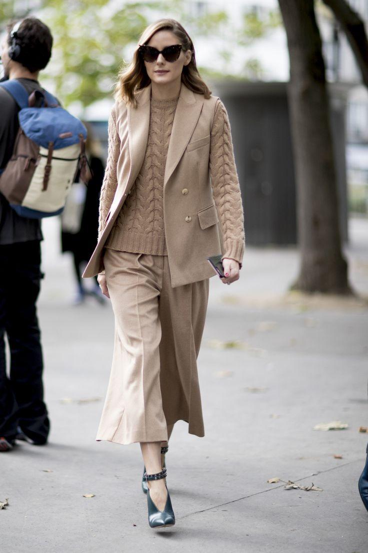 Mezclando tejidos y de total beige Olivia Palermo la it girl nos propone el comienzo del otoño en Paris.