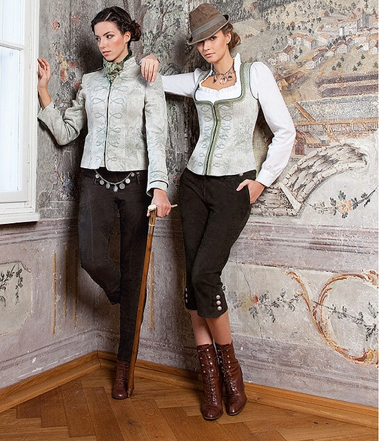 Wow, long Lederhosen, perfectly combined with boots, Dirndl blouse and Mieder.