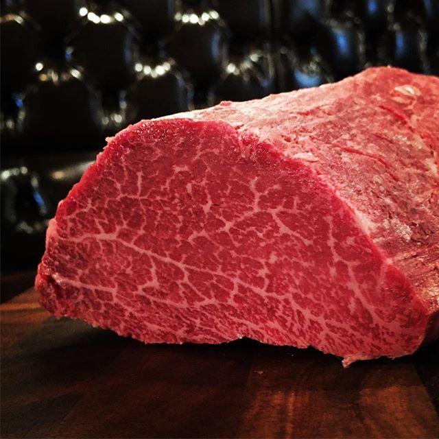 """NIQの本日の量り売り! 【 新潟県産  黒毛和牛  佐渡牛 】 """"シャトーブリアン""""入荷です!1g/40円。  希少価値が高く、""""究極の赤身""""や""""幻の部位""""ともいわれている【シャトーブリアン】。シャトーブリアンはヒレ肉の中でも特に肉質のよい真ん中の部分。ヒレ肉自体が1頭から3%ほどと、ほんのわずかしかとれない高級部位なんです。シャトーブリアンは、そのヒレ肉の中でも特に厳選された最高級の部位。赤身ながら非常に柔らかく、口の中で溶ける赤身『一度食べたら忘れられない!』と食通達をもうならせています!  肉料理専門店ならではのこの価格も魅力的、希少部位なので数量も限られてます。  予約先 025-282-5529  #niq  #肉 #シャトーブリアン #ヒレ #佐渡牛 #牛 #希少部位 #幻"""