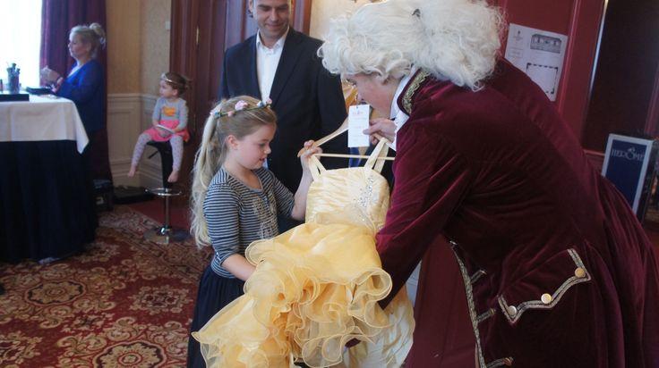 De lakei overhandigde alle prinsessenjurken persoonlijk aan alle prinsesjes.