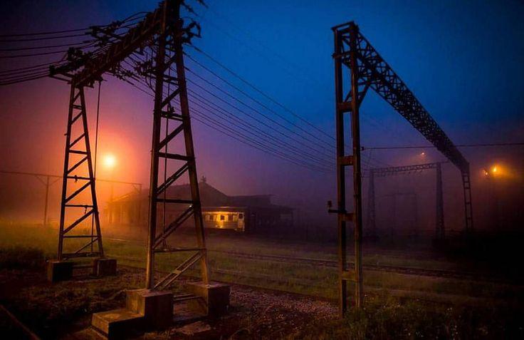 https://flic.kr/p/SNPgia | Agora todos dormem e o silêncio é absoluto. Confesso que essa neblina as vezes me dá arrepios 😛 #nightshot #longexposure #paranapiacaba #fog #claudiafurlani #trains #twilight