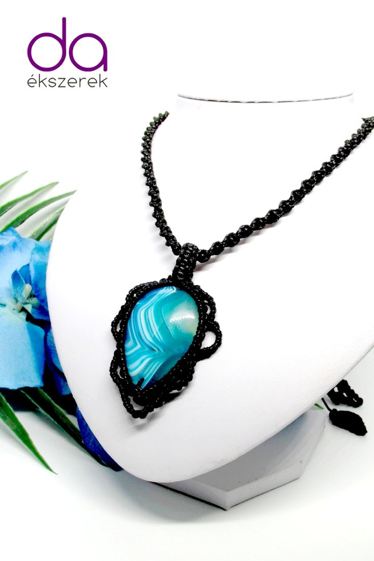 Fekete makramé nyaklánc, kék achát kővel