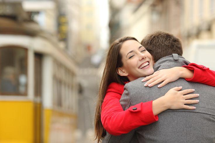 als je moeder je knuffelt vind je dat oké en fijn maar als bijvoorbeeld een vriendin van je vriendin je knuffelt en je kent die amper vind je het raar of onaangenaam.