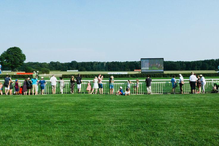 Samstag, 08.08., 15.45 Uhr – Hoppegarten, Rennbahn Hoppegarten: Warten auf das nächste große Rennen. © Milena Zwerenz