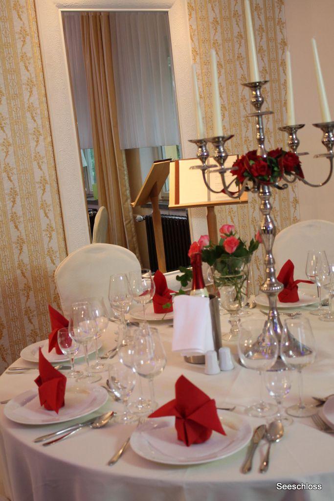 """Der Tisch zur Hochzeit im Seeschloss am Bötzsee im Panoramasaal """"Schwanenblick""""."""