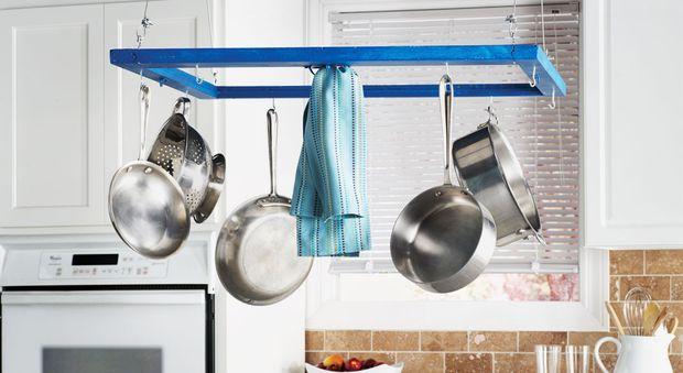 Un porte-casseroles, une idée astucieuse pour sa cuisine Gagnez de la place dans votre cuisine avec ce porte-casseroles suspendu réalisé à partir d'un encadrement de fenêtre. Original, pratique et astucieux !