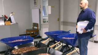 US man pays tax bill using five wheelbarrows of coins - BBC News