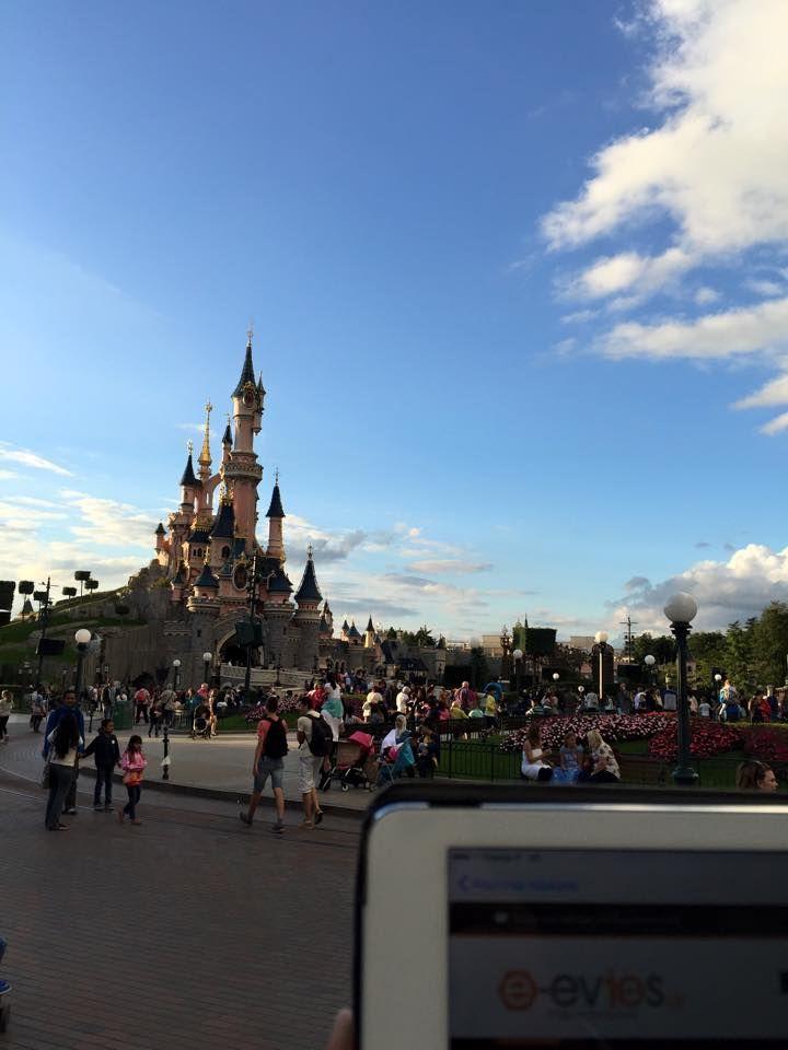 """Η Ευρωπαική Disneyland (αλλιώς Disneyland Paris) βρίσκεται στο προάστιο Marne - la - Vallee του Παρισιού όπου και η φίλη Σοφία βρέθηκε πριν από μερικές ημέρες! Η """"Disneyland #Paris"""" αποτελείται από δύο διακριτά πάρκα, το Disneyland Park και το Walt Disney Studios Park, καθώς και μια εμπορική περιοχή, το Disney Village. We love you too Sophie <3"""