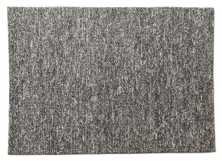 Storslagen matta med en vacker struktur i naturliga material. Nober är ett gediget hantverk i viskos och ull. Den är mjuk under foten och gör sig lika bra i vardagsrummet som i sovrummet för att ge en exklusiv känsla. Eftersom den är handvävd, är varje matta unik med små skiftningar. Köp gärna till ett mattunderlägg som gör att mattan ligger säkert på plats. För att mattan ska hålla sig fin länge, rekommenderar vi endast fackmässig plantvätt.