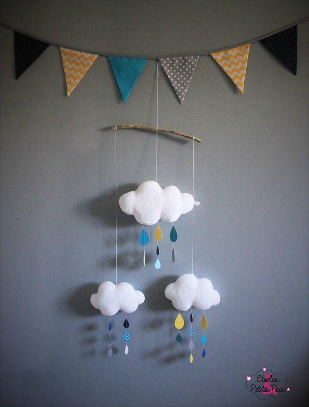 Mobile nuages et gouttes de pluie et sa guirlande fanions assortie bleu marine jaune et turquoise.
