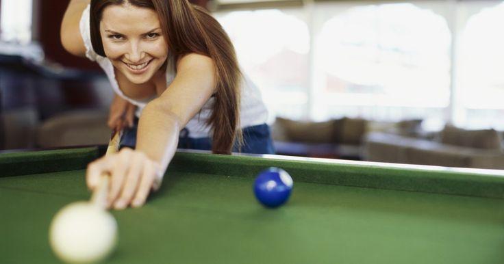 """Tipos de juegos de billar. La mayoría de los jugadores participan en una de cinco variedades del juego: Bola nueve, bola ocho, """"una tronera"""", """"degollador"""" o 14.1 continuo. Todos se juegan en una mesa grande alfombrada con cuatro buchacas en las esquinas y dos a los lados, hasta 15 bolas de colores numeradas, un taco de billar y un mingo. El objetivo es meter un cierto grupo ..."""