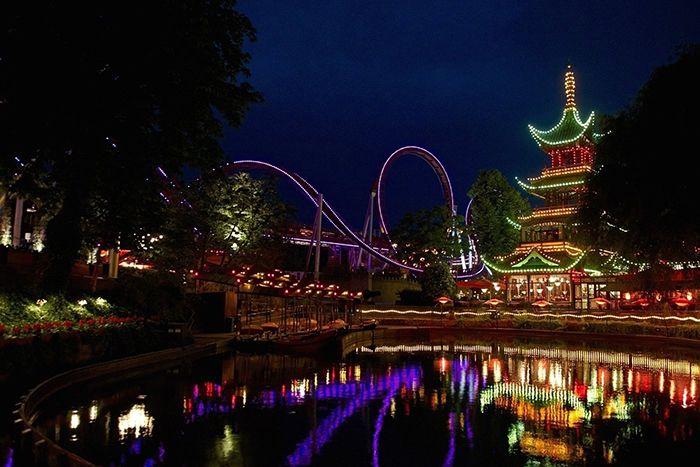 Парк развлечений «Сады Тиволи» в Копенгагене, Дания: ночной кадр