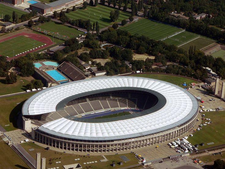 Estadio Olímpico de Berlín (en alemán: Berliner Olympiastadion) es un estadio multiusos ubicado en el distrito de Charlottenburg en la ciudad de Berlín, capital de Alemania. Es actualmente el estadio del equipo de fútbol Hertha BSC Berlin y del ya extinto equipo Berlin Thunder que participaba en la extinta NFL Europe Football Club. Capacidad 76 065 espectadores.