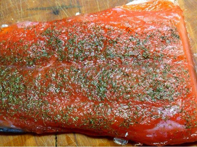 Salmón marinado.  http://unpadrecocinillas.blogspot.com.es/2014/04/salmon-marinado.html?m=1