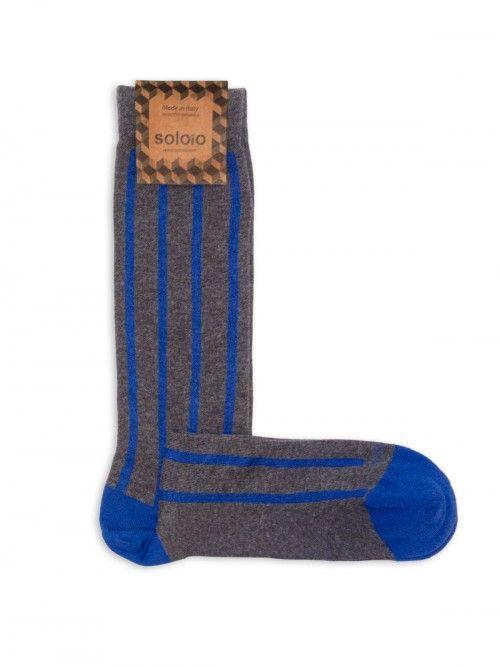Calcetín gris de algodón, con un diseño de rayas en color azul. Cuentan con refuerzo en talón y punta, por lo que permanecerán como nuevos tras el uso y los lavados. www.soloio.com #socks#mensocks#calcetines#calcetinesparahombre#menstyle#menshoes#manoutfit#outfitdetails#shoponline#sockstyle#mentrends